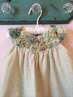 So, even if it is a small fabric, it is perfect for you to learn how to make fabric yo - yo and start Little Girl Dresses, Girls Dresses, Flower Girl Dresses, Sewing For Kids, Baby Sewing, Baby Patterns, Dress Patterns, Doll Patterns, Yo Yo Quilt