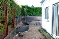 Jag får väldigt många frågor om våra stålkanter i trädgården, både här på bloggen och på Instagram så nu gör jag helt enkelt ett litet inlägg om detta! Vi beställde våra stålkanter från ett lokalt plåtslageri som heter Helenedals mekaniska verkstad. Eftersom de flesta av våra kanter fungerar som stödmurar och håller upp ganska stora jordmassor, …
