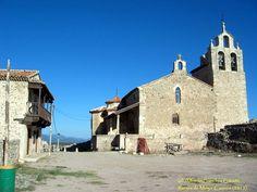 Ruinas de Moya (Cuenca), vista de la plaza Mayor, con la iglesia de Santa María la Mayor al fondo y la Casa Ayuntamiento a la izquierda, desde la casa del Corregidor