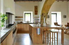 Küche im Landhausstil mit Essplatz und Barstühlen