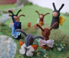 Bienen, Insekten und Schmetterlinge Waldorf inspirierte winzige Insekt peg Puppen tragen einzigartig gestaltete, zart bestickte, natürliche Filz Kleidung für Ihre Frühling Jahreszeitentisch, Frühlingsdekoration und/oder fantasievolles Spiel. Sie harmonieren perfekt mit Blume Stift