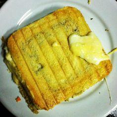 PÃO DE AVEIA - 1 ovo, 2 colheres de água, 1 colher de farelo de aveia, 1 colher de chá de fermento. 2min30 no microondas em potencia alta, depois é só cortar ao meio, rechear e tostar na sanduicheira