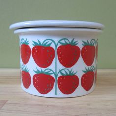 Raija Uosikkinen - Pomona - Arabia   Strawberry Different Fruits, Fruit Pattern, Strawberry Shortcake, Serving Dishes, Metallica, Finland, Strawberries, Painted Rocks, Dinnerware