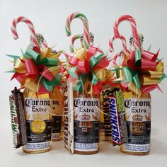 Kit cerveza navidad! Cute Christmas Gifts, Christmas Gift Baskets, Christmas Gifts For Friends, Cute Gifts, Christmas Decorations, Xmas, Food Bouquet, Candy Bouquet, Candy Gifts