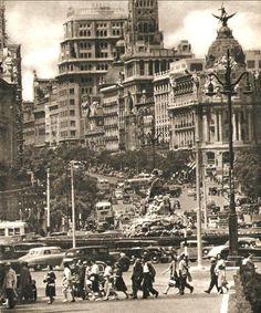 Oleadas de vida y movimiento en la Calle de Alcalá. Algo que se repite desde hace ya décadas...#madrid (Foto de 1953)