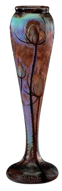 DAUM NANCY Exceptionnel et important vase de forme balustre à base aplatie en verre multicouches à décor martelé et dégagé à l'acide de chardons épineux bruns-noirs sur fond bleuviolet, nuancé vert. Signé… - Aguttes - 14/11/2012