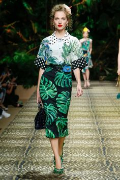 Dolce & Gabbana takes a trip to the jungle for its spring-summer 2020 collection. Presented during Milan Fashion Week, the designers open the show with safari inspired khakis. Utilitarian inspired pockets and belting gets tailored Catwalk Fashion, Fashion 2020, Look Fashion, Fashion Show, Fashion Design, Milan Fashion, Autumn Winter Fashion, Spring Fashion, Dolce Gabbana