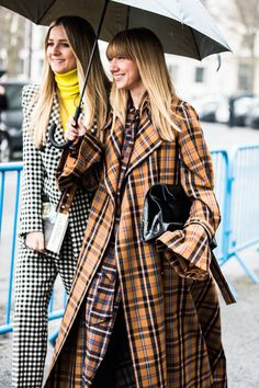 Street style : comment s'habiller quand il pleut ? | Vogue Paris Street Style Chic, Street Style 2018, Cool Street Fashion, Vogue Paris, Fashion Week, Look Fashion, Autumn Fashion, Fashion Killa, Moda Paris