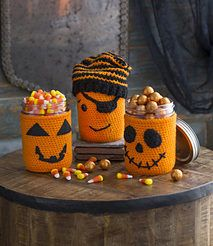 You would love making these Halloween Cup Cozy, Mug Cozy, Jar Cozy, Bottle Cozy. Check out these Free Crochet Patterns consisting many Halloween characters. Crochet Pour Halloween, Halloween Cups, Halloween Crochet Patterns, Halloween Mason Jars, Halloween Projects, Halloween Yarn, Spooky Halloween, Crochet Cozy, Crochet Fall