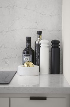 Silestone Pearl Jasmine Countertop Subtle hints of black and white are reinforced with matching salt and pepper shakers, bowls and bottles to make the color palette pop. Loft Kitchen, Kitchen Decor, Studio Kitchen, Kitchen Furniture, Modern Furniture, Furniture Design, Kitchen Worktop, Kitchen Countertops, Silestone Countertops