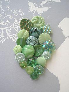 *20* wunderschöne Vintage Glasknöpfe der *50er-70er Jahre aus NeuGablonz*   in den unterschiedlichsten Grüntönen.  Es sind klare, marmorierte, opake,