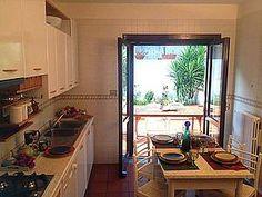 Ferienhaus: Villa Erasmo - Blick durch die Küche auf die hintere Terrasse mit Grill und Pizzaofen - www.cilento-ferien.de