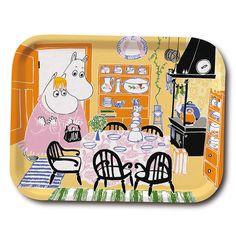 Ihana monivärinen tarjotin, jossa nähdään Muumimamma ja Niiskuneiti keittiössä. Tuo iloa kotiisi. Korkealaatuista puuta, valmistettu Ruotsissa. Kestää konepesun.