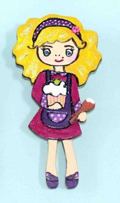 Broche muñeca dolly en madera pintado a mano