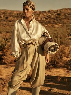 Anna Ewers travels to Cape Town, South Africa, for the April 2019 issue of Vogue Paris. In front of the lens of Lachlan Bailey, the German beauty wears safari inspired ensembles. Styled by Geraldine Saglio, … Safari Chic, Mode Safari, Safari Outfits, Safari Outfit Women, Vogue Paris, Anna Ewers, Safari Elegante, Mode Editorials, Fashion Editorials