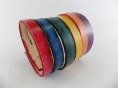 Bracelete em couro colorido pintado a mão nas cores roxa, laranja, amarelo, verde, azul, vinho, com aparência de 6 pulseiras.    Fechamento com 2 fechos de pressão.         ...