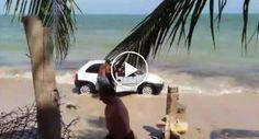 Pai Atira Pedra Contra Para-Brisas De Carro Que Invadiu Praia Por Perigosamente Se Aproximar Dos Filhos