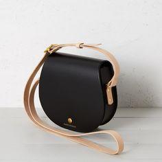 Etter saddlebag black & nude – Honey & Toast Leather Handle, Tan Leather, Day Bag, Cotton Bag, Vegetable Tanned Leather, Leather Accessories, Bag Making, Saddle Bags, Shoulder Strap