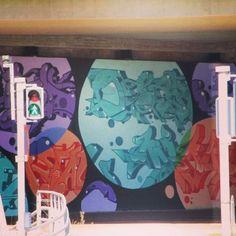 Miks #lähiö ei voi olla #pinkki #turkoosi tai #malva? Onko #suomalainen #tabularasa #betoni #harmaa? #katutaidetta #Helsinki #katutaide #ItäHelsinki #täydellisesti sovitetut #värisävyt #hillittyä. #streetart #urbanart why #suburbia have to be #grey?