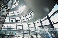 Reichstag, Alemanha, 1999 (Norman Foster). Símbolo do renascimento de Berlim pós-queda do Muro, a sede do parlamento alemão é uma obra-prima da transparência – arquitetônica, histórica e política – e da sustentabilidade.
