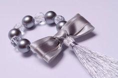 Porta guardanapo com pérola cinza e contas de acrílico com pingente de fio de seda na cor prata. Obs: Não acompanha o guardanapo. TEMOS 6 PORTA GUARDANAPOS PARA PRONTA ENTREGA ! R$ 8,50