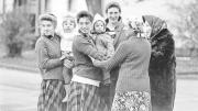 Eine russlanddeutsche Familie 1988 im Grenzdurchgangslager Friedland. (Bild: Calle Hesslefors / Ullstein)