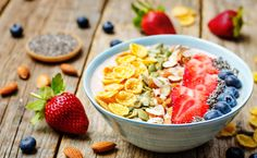healthy strawberry smoothie bowl with fruits, cereals, seeds and By Arzamasova¡¯s photos , Brunch Recipes, Healthy Dinner Recipes, Diet Recipes, Healthy Snacks, Healthy Eating, Healthy Tips, Vegetarian Recipes, Smoothie Bol, Strawberry Smoothie