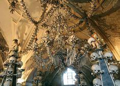 L'église de Sedlec (République Tchèque) où sont rassemblés et exposés plus de 40 000 squelettes, qui on été utilisés pour fabriquer la quasi-totalité des objets de cultes et le mobilier de l'église!