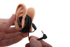Sie hören gerne Musik über Ihr Smartphone oder MP3 Player - haben jedoch keine Lust auf dieses ständige Kabelgewirr. Dann ist dieser praktische Kabelaufroller im stylischen Ohren-Design genau das Richtige für Sie. Stecken Sie die Hörer in die realistisch aussehenden Silikon Ohren und wickeln Sie das restliche Kabel einfach ordentlich auf. Nie wieder unnötigen Kabelsalat.