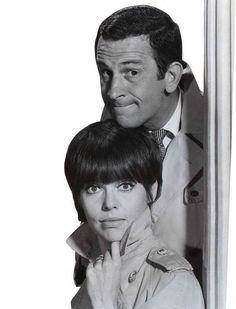 Agente 99. Don Adams como Maxwell Smart, el superagente 86, y Barbara Feldon como la Agente 99 se casaron en la cuarta temporada. Ambos trabajan para CONTROL, agencia secreta que se opone a KAOS, repleta de espías rusos. A pesar de la mala pata de 86, la suerte y 99 lograban resolver el caso. Su jefe, Edward Patt, sufría la ineficacia y patosidad de Max con resignación.stronga