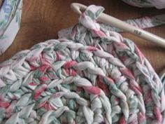 A Handmade Life: Rag Rugs – Braided Rugs Fabric Yarn, Fabric Crafts, Scrap Fabric, Rag Rug Diy, Braided Rag Rugs, Homemade Rugs, Rag Rug Tutorial, Rug Loom, Old Sheets