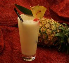 Piña Colada: Ron Havana Club 3 años, puré de coco y zumo de piña. Jazz Club, Ron, Cocktails, Drinks, Cuba, Glass Of Milk, Pineapple Juice, Juicing, Pina Colada