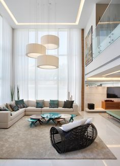 21 потрясающая гостиная с высокими потолками – Вдохновение