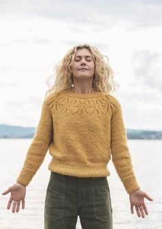 Cecilie Skog & Genser til dame som strikkekit Cool Sweaters, Winter Sweaters, Sweater Weather, Hand Knitted Sweaters, Knitting Designs, Knitting Patterns, How To Purl Knit, Raglan, Knit Fashion