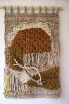 tapices en telar - Buscar con Google Weaving Art, Loom Weaving, Hand Weaving, Textile Prints, Textile Art, Textiles, Tapestry Loom, Weaving Designs, Rug Hooking