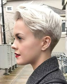 These edgy long hairstyles are beautiful. These edgy long hairstyles are beautiful. Edgy Long Hair, Easy Updos For Long Hair, Medium Long Hair, Long Hair With Bangs, Bob Hairstyles For Fine Hair, Sleek Hairstyles, Hairstyles For Round Faces, Pixie Haircuts, Short Hair Styles For Round Faces