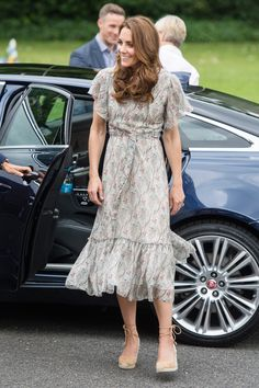 Kate Middleton looked stylish wearing a paisley print dress and wedge high heels as she attended a photography workshop in London with her patronage Action for Children. The wife of Prince William wore her hair in a xxxxx style. Moda Kate Middleton, Looks Kate Middleton, Estilo Kate Middleton, Kate Middleton Style Dresses, Kate Middleton Shoes, Middleton Family, Estilo Real, Duchesse Kate, Princesa Kate Middleton