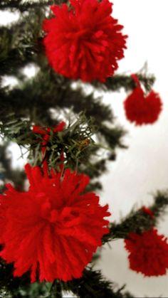Minha árvore de natal cheia de pom pom ornaments christmas