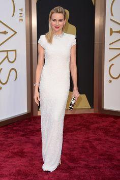 Oscar 2014: Naomi Watts con un vestido blanco de Calvin Klein presentó junto a Samuel L. Jackson el Oscar al mejor diseño de vestuario.