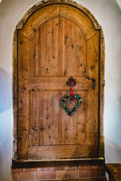 Was versteckt sich wohl hinter dieser Tür am Gaisrieglhof? #gairiegelhof #essen #trinken #kulinarik #restaurant #holzstube Armoire, Restaurant, Furniture, Home Decor, Environment, Wood, Clothes Stand, Decoration Home