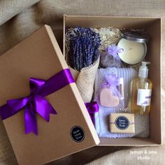 Specially for lavender lover This Gift pack includes: - 1x wrapped handful bunch of dried lavender from Victoria lavender farm - 1x hand-poured soy candles with Australian lavender essential oil - 1x satchel of lavender buds from Victoria lavender farm - 1x Lavenderhand & body shower gelwith Australian lavender essential oil - 1x Lavenderbar soapwith Australian lavender essential oil - 1x Lavender and pink clay heart-shape soapwith Australian lavender essential oil - 1x unscented li...