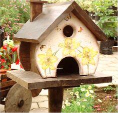 Las pajareras de madera son una forma delicada de decorar una sala de estar, un jardín o un espacio al aire libre.  Las pajareras son un recurso de muy fácil aplicación. Es muy agradable recibir en el jardín la visita de los pájaros y apreciar cómo se alimentan y construyen sus nidos. Medidas: 50 pulgadas de altura.