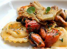Il raviolo è un prodotto tipico della cucina italiana. Si tratta di una pasta all'uovo e può avere diverse forme e soprattutto può contenere svariati ripieni. Possono essere serviti in brodo o accompagnati con diversi sughi o salse, ovviamente dipende molto dal loro ripieno. In questo caso parliamo di ravioli ripieni di pesce, serviti con sugo di cozze e carciofi croccanti che rendono il tutto davvero gradevole al palato. Ideali da proporre per una cena formale o addirittura romantica data…