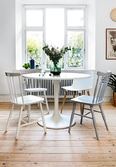 Tiny, pretty and practical dining area with mixed vintage chairs. Home Design Decor, House Design, Blog Design, Home Decor, Dining Room Design, Dining Area, Dining Rooms, Ikea Home Tour, Boho Deco