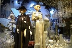 Inauguration des vitrines de Noël Chanel au Printemps - Paris, novembre 2011 www.instorevoyage.com   #in-store marketing #visual merchandising