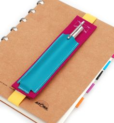 """Stifte-Tasche """"Lapicera"""" - nie mehr den Stift suchen!  Eine praktische verstellbare Stifte-Tasche aus Designfilz und Leder,  die durch ein Gummiband und Klettverschlüß an jedem  Skizzenbuch,... Diy Home Crafts, Felt Crafts, Fabric Crafts, Diy Wallet Pouch, Diy Notebook, Creation Couture, Sewing Class, Filofax, Little Gifts"""