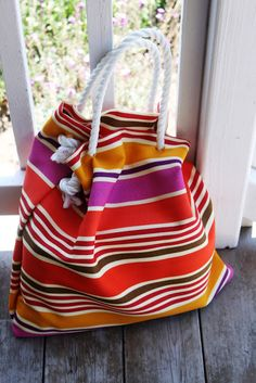 Love this easy, no-sew DIY beach bag! Instead of sewing, this lady stapled the sides and used duct tape to cover the staples. Use an outdoor fabric. I'm so making this bag!