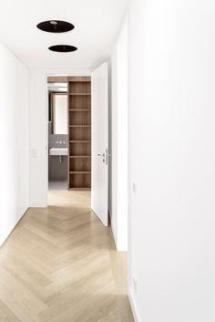 berlin - penthouse - corridor - white - built-in - cabinet - drawer - herringbone - oak - floor - walnut-panell - wohnung - flur - badezimmer - weiß - fischgräte - parkett - eiche - einbaumöbel - walnuss