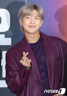our handsome leader I love uuu BTS_twt BTSatGayoDaejun ChristmaswithBTS Jung Hoseok, Kim Namjoon, Kim Taehyung, Seokjin, Mixtape, K Pop, Kanye West, Jeans Y Converse, Rapper
