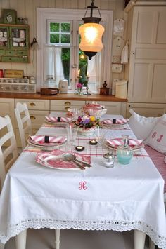 Husmannsplassen i Hidlesundet - Home Decoration - Interior Design Ideas Cozy Kitchen, Shabby Chic Kitchen, Shabby Chic Homes, Vintage Kitchen, Kitchen Decor, Kitchen Dining, Cottage Kitchens, Home Kitchens, Cottage Living